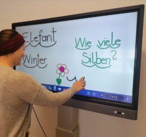 Lehrerin_Smartboard