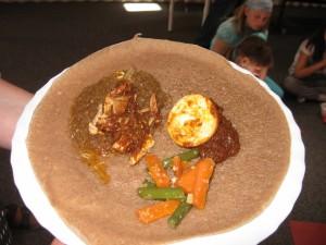Injera mit Huhn und Ei